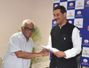 The Chairman of the Working Group for Drafting of the National Sports Development Bill, 2013, Justice (Retd.) Mukul Mudgal presenting its report to the Minister of State (Independent Charge) for Youth Affairs & Sports, Shri Jitendra Singh, in New Delhi on