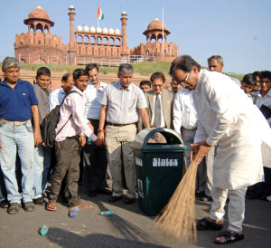 The Minister of State (Independent Charge) for Culture and Tourism, Shri Shripad Yesso Naik initiating Swachh Bharat campaign, in Delhi .