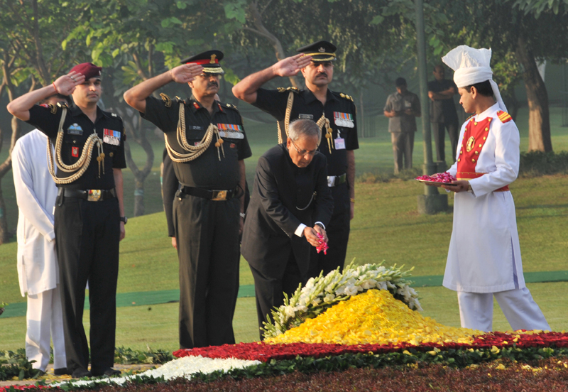 The President, Shri Pranab Mukherjee paying floral tributes at the Samadhi of former Prime Minister, Late Smt. Indira Gandhi, on her death anniversary, at Shakti Sthal, in Delhi on October 31, 2013.