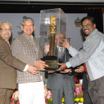 The Union Minister for Water Resources, Shri Harish Rawat presenting the trophy of the National Level Painting Competition 2013-14, to the South Eastern Coastal Region, Chennai,